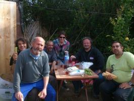 Almorzando en el huerto