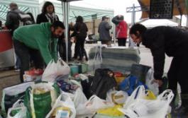 El portavoz de IU, Jorge Crespo, y varios voluntarios recogieron los alimentos en el parque de Cros